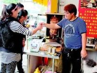 19岁小伙姜伟龙:开4平方米土耳其肉夹馍店 已经月入过万