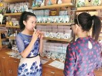 """80后美女杨蕊:小小陶笛""""吹""""出创业乐章 平均每月能售出300只陶笛"""
